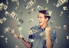 Успешный человек используя компьтер-книжку строя онлайн дело зарабатывая деньги стоковые изображения rf