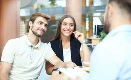 Успешный юрист давая консультацию к парам семьи о покупая доме стоковое фото rf