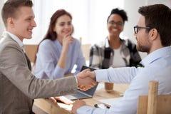 Успешный handshaking бизнесмена в конференц-зале офиса стоковая фотография