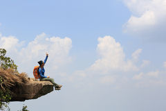 Успешный hiker женщины наслаждается взглядом Стоковые Фото