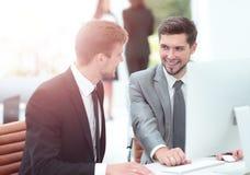 2 успешных бизнесмена обсуждая документы в современном  Стоковые Изображения RF