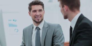 2 успешных бизнесмена обсуждая документы в современном  Стоковое Изображение