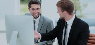 2 успешных бизнесмена обсуждая документы в современном  Стоковое Фото