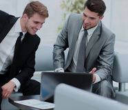2 успешных бизнесмена обсуждая документы в современном  Стоковые Фотографии RF