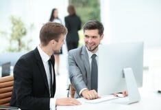 2 успешных бизнесмена обсуждая документы в современном  Стоковое фото RF