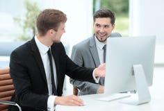 2 успешных бизнесмена обсуждая документы в современном  Стоковое Изображение RF