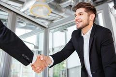 2 успешных бизнесмена тряся руки на деловой встрече в офисе Стоковые Фото