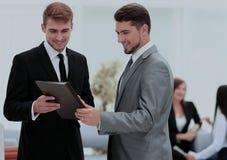 2 успешных делового партнера обсуждая документы и идеи Стоковые Изображения