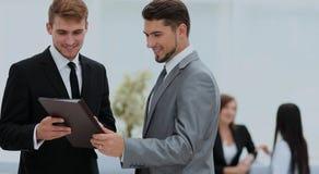 2 успешных делового партнера обсуждая документы и идеи Стоковые Фотографии RF