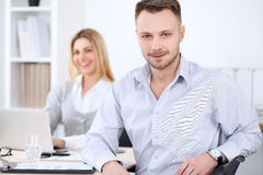 2 успешных делового партнера работая на встрече в офисе женщины tux человека 3 фокуса предпосылки красивейшие Стоковое Изображение RF