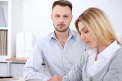 2 успешных делового партнера работая на встрече в офисе женщины tux человека 3 фокуса предпосылки красивейшие Стоковое Фото
