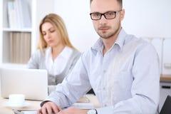 2 успешных делового партнера работая на встрече в офисе женщины tux человека 3 фокуса предпосылки красивейшие Стоковая Фотография
