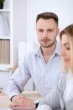 2 успешных делового партнера работая на встрече в офисе женщины tux человека 3 фокуса предпосылки красивейшие Стоковая Фотография RF