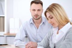 2 успешных делового партнера работая на встрече в офисе женщины tux человека 3 фокуса предпосылки красивейшие Стоковые Изображения RF
