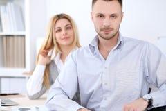 2 успешных делового партнера работая на встрече в офисе женщины tux человека 3 фокуса предпосылки красивейшие Стоковое Изображение