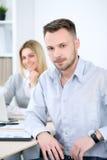 2 успешных делового партнера работая на встрече в офисе Стоковое Изображение RF