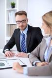 2 успешных делового партнера работая на встрече в офисе Стоковое Изображение