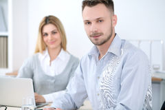 2 успешных делового партнера работая на встрече в офисе Стоковая Фотография