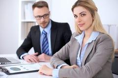 2 успешных делового партнера работая на встрече в офисе Стоковые Изображения
