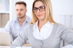 2 успешных делового партнера работая на встрече в офисе Стоковая Фотография RF