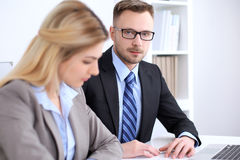 2 успешных делового партнера работая на встрече в офисе Стоковые Фото