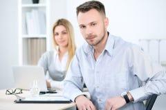 2 успешных делового партнера работая на встрече в офисе Стоковые Изображения RF