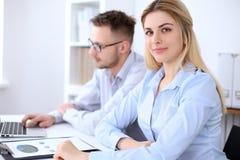 2 успешных делового партнера работая на встрече в офисе Стоковые Фотографии RF