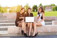 3 успешных коммерсантки в городе на обсуженном стенде Стоковое фото RF