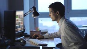 Уставшая деятельность бизнесмена ночная в дополнительном времени офиса ( акции видеоматериалы