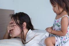 Уставшая несчастная мать с ее ребенком дома стоковая фотография rf