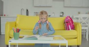 Уставшая школьница подавляющая делать домашнюю работу видеоматериал