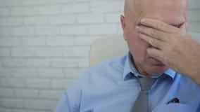 Уставшее и разочарованное изображение бизнесмена делая нервные жесты рукой стоковое фото rf