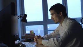 Уставший бизнесмен работая ночной napping в дополнительном времени офиса 3840x2160 видеоматериал