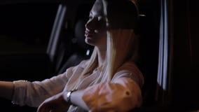 Уставший водитель женщины сидя в автомобиле вечером акции видеоматериалы