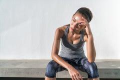 Уставший вымотанный потеть женщины хода фитнеса стоковое фото rf