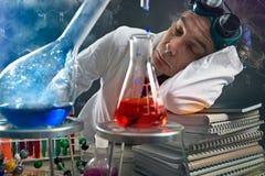 Уставший ученый уснувший на таблице в лаборатории стоковые изображения rf