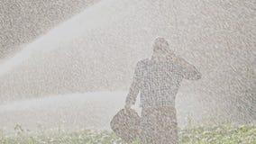 Уставший фермер наслаждаясь во время полива плантации сток-видео