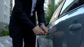 Уставший человек дела запирая автомобиль с ключами, возвращающ домой от работы, занятый человек стоковая фотография rf