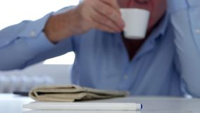 Уставший человек спать с головой на бодрствованиях таблицы вверх для того чтобы принять глоточек кофе сток-видео