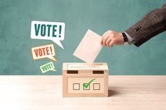 Устанавливать бюллетень голосования в урну для избирательных бюллетеней Стоковое Изображение RF