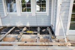 Устанавливать деревянную открытую террасу пола в строительную площадку нового дома Стоковые Фотографии RF