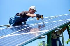 Устанавливать новаторскую панель солнечных батарей на тушу используя сверло стоковая фотография rf