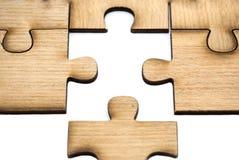 Устанавливать пропускающ часть головоломки концепция дела, части деревянного зигзага соединена совместно изолированный на белой п стоковые изображения rf