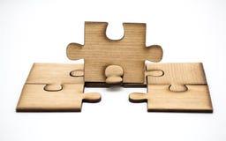 Устанавливать пропускающ часть головоломки концепция дела, части деревянного зигзага соединена совместно изолированный на белой п стоковая фотография rf