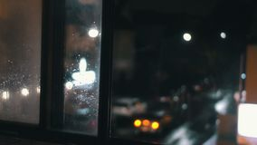 Устанавливать съемку занятого угла улицы города Defocused версия видеоматериал