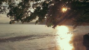 Устанавливать съемку тропического пляжа на заходе солнца с шикарным пирофакелом сток-видео