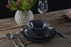 Устанавливать таблицу для официальныйа обед с вазой бокала и цветка Стоковая Фотография