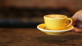 Устанавливать чашку кофе акции видеоматериалы