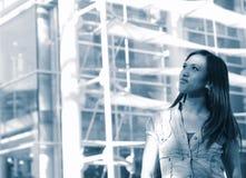 устанавливающ урбанскую женщину молодым стоковая фотография rf