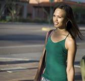 устанавливающ урбанскую женщину молодым стоковое изображение rf
